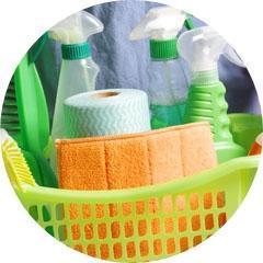Koszyk ze środkami czystości